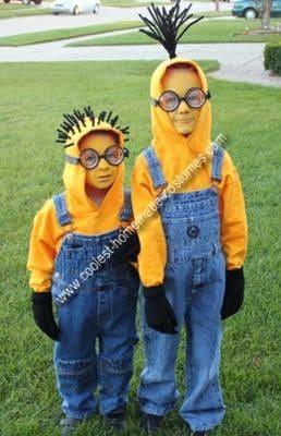 Dois meninos vestidos de Minions.