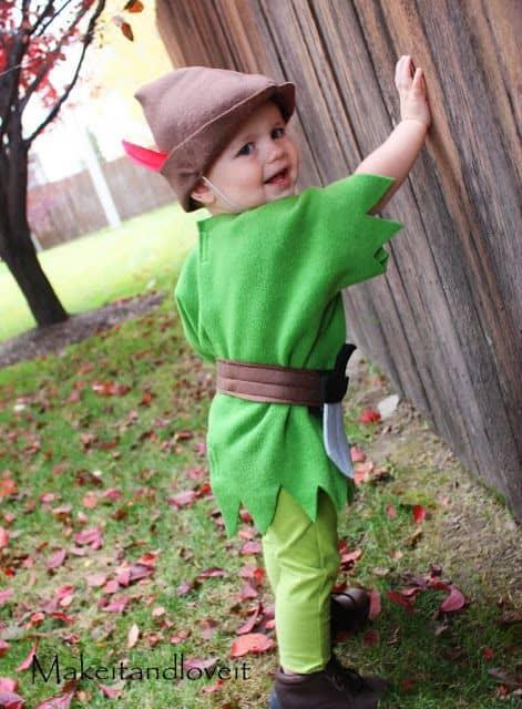 Criança com fantasia do Peter Pan.