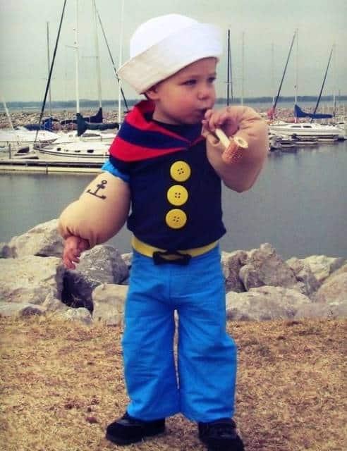 Menino vestido de Popeye.