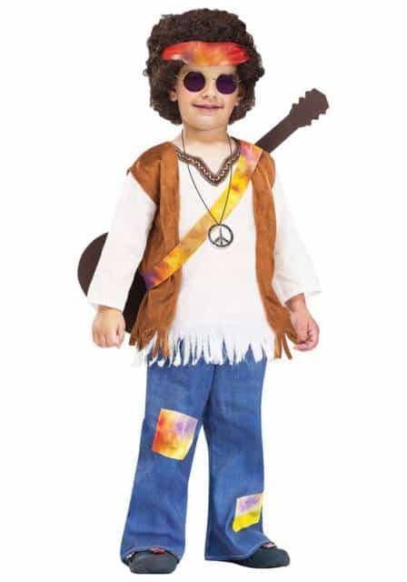 Menino vestido de hippie.