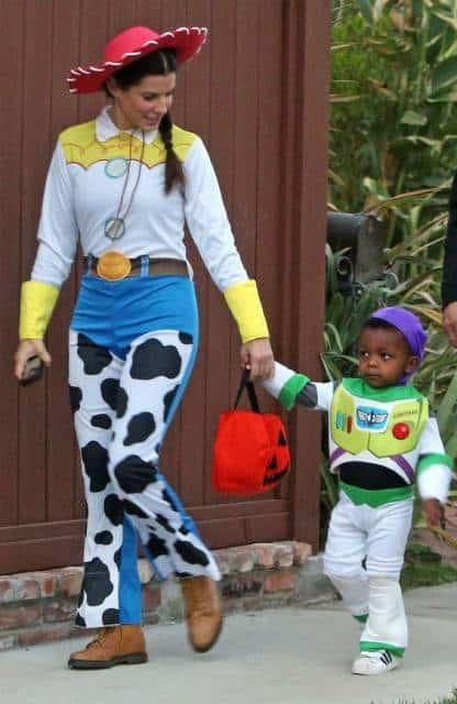 Sandra Bullock e o filho vestidos como os personagens de Toy Story.