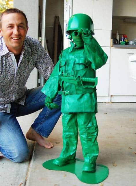 Menino vestido como brinquedo militar do filme Toy Story.