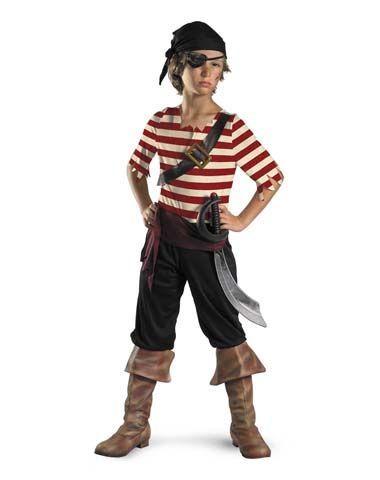 Menino vestido de pirata.
