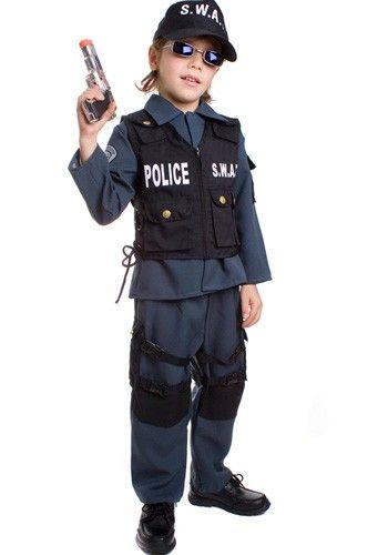 Menino vestido de policial, com óculos escuro.
