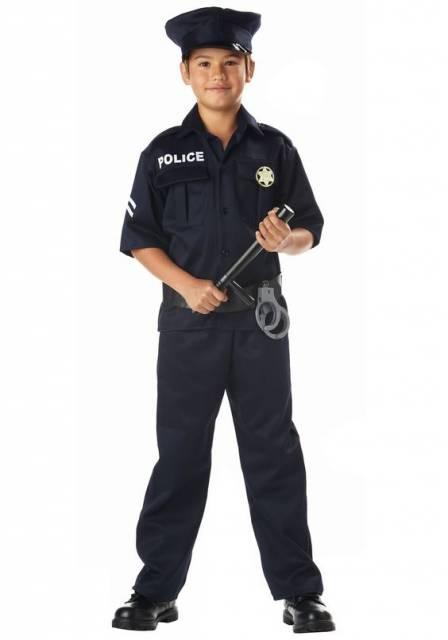 Menino com uniforme de policial.