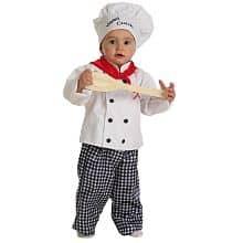 Criança vestida de chef de cozinha.