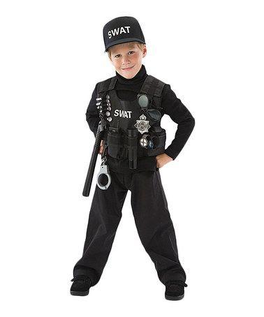 Menino vestido de policial.