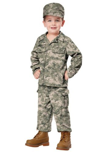 Menino vestido de militar.