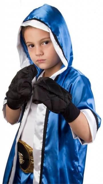 Criança vestida de lutador.