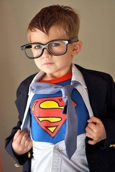 Menino vestido de Super Homem.