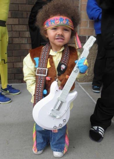 Criança vestida de hippie.