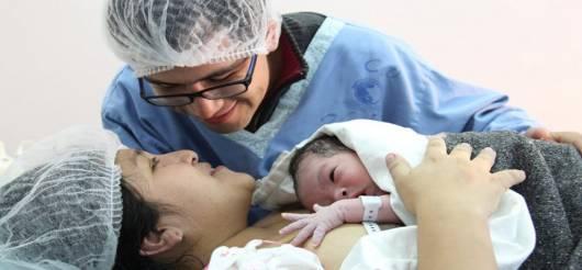 Parto Normal pais com bebê na sala de parto
