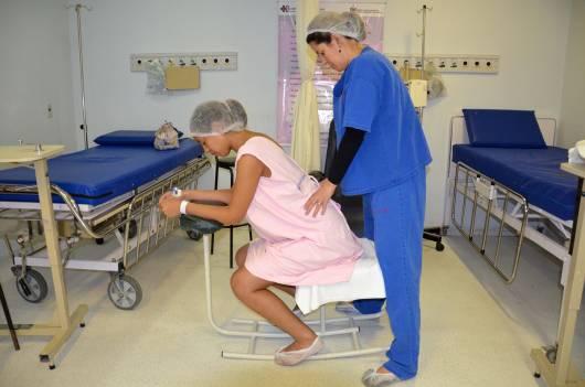 Parto Normal mãe recebendo massagem antes do parto