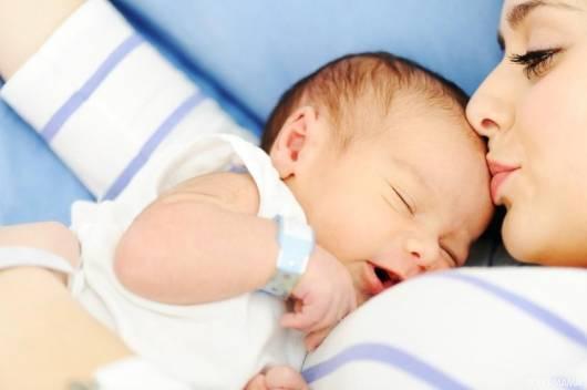 Parto Normal mãe e bebê dormindo
