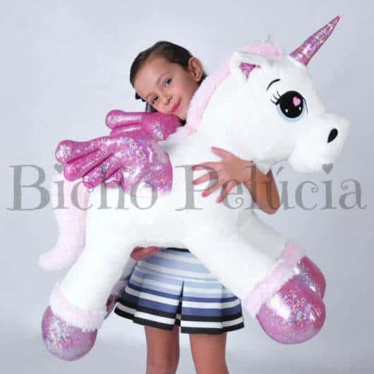 Unicórnio de pelúcia grande branco com patas rosas brilhantes