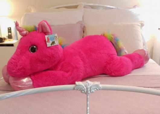 Unicórnio de pelúcia grande com a cor pink