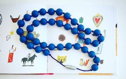 colar azul