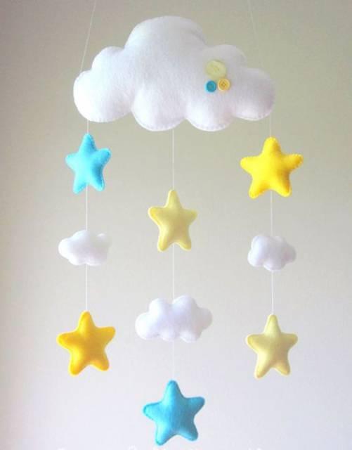 Móbile para berço de feltro com nuvens e estrelas