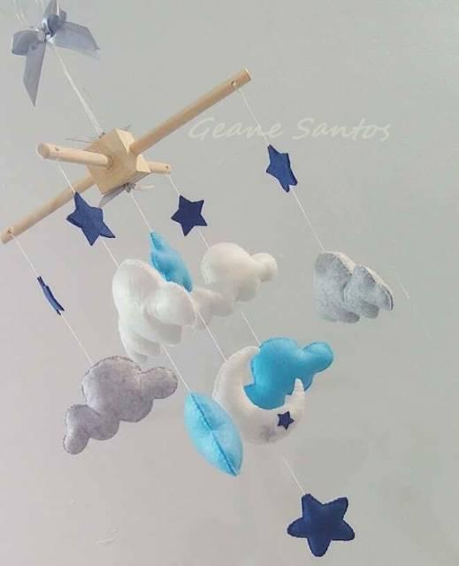 Móbile para berço com nuvem e estrelas azuis