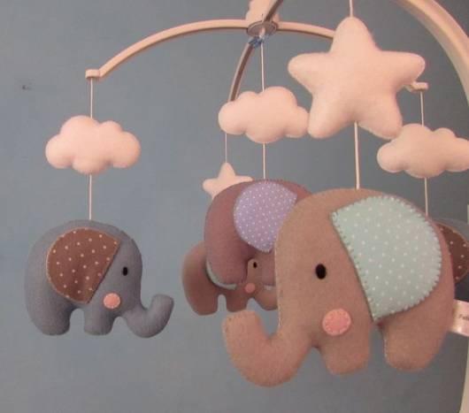 Móbile para berço com elefante e nuvens
