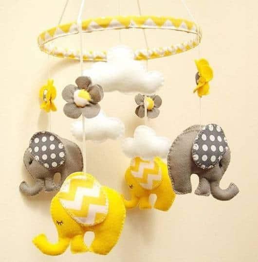 Móbile para berço com elefante amarelo com orelhas listradas
