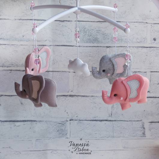 Móbile para berço com elefante lilás e rosa