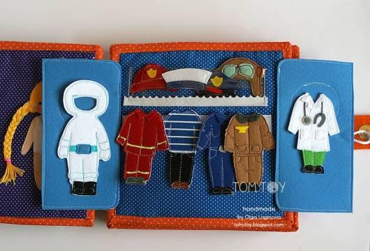 Livro infantil interativo com roupinhas de profissões