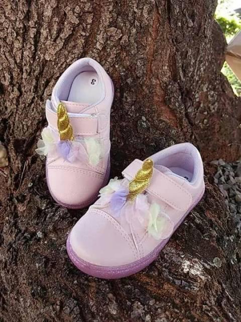 tênis rosa e dourado