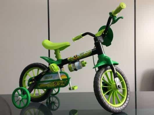 bicicleta verde com rodinha