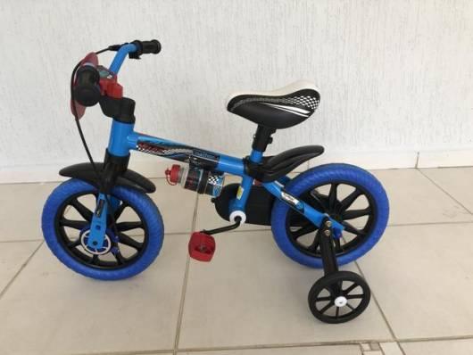 bicicleta com rodinhas azul
