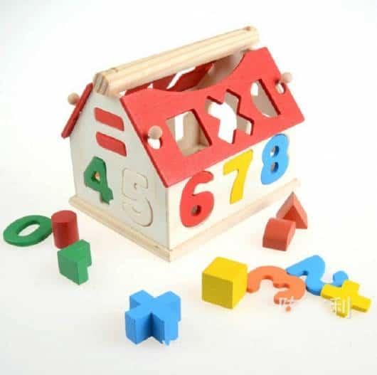 Brinquedo Montessori de madeira: casinha com números e contas
