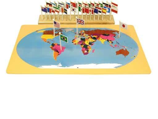 Brinquedo Montessori: mapa com as bandeiras dos países