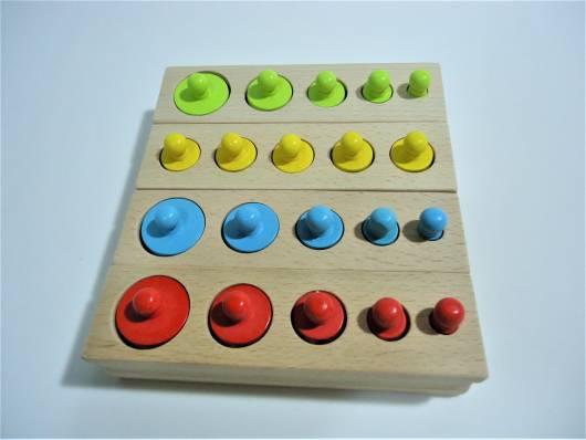 Brinquedo Montessori de madeira: círculos de tamanhos diferentes