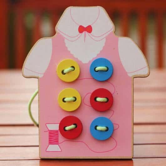 Brinquedo Montessori de madeira: botões para passar a linha