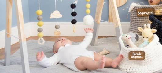 Brinquedo Montessori de madeira: arco para bebê