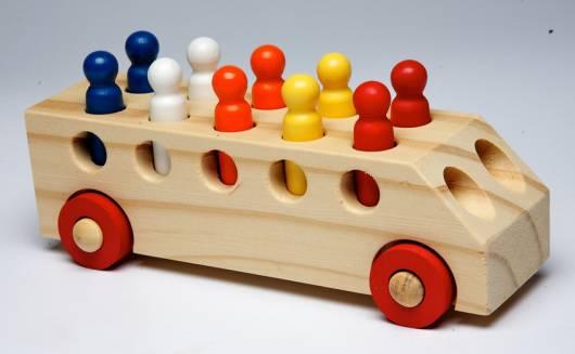 Brinquedo Montessori de madeira: carrinho com peças coloridas