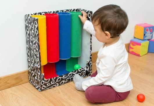 Brinquedo Montessori: tubos coloridos com material reciclável