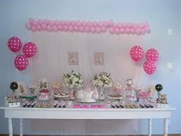 Decoração de chá de fraldas simples para menina em tons de rosa