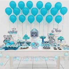 Decoração de chá de fraldas simples para menino em tons de azul com tema de gatinho