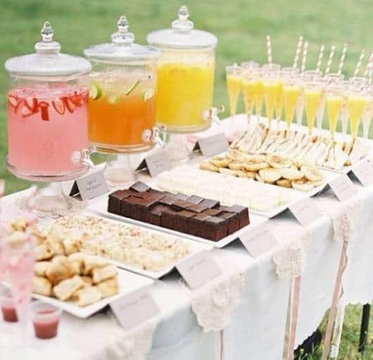 Cardápio para chá de fraldas simples: sucos e salgados assados