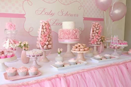 Decoração de chá de fraldas simples para menina em tons pastéis de rosa