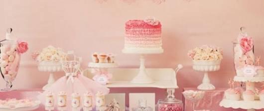Decoração de chá de fraldas simples para menina em tons de rosa com bolo espatulado