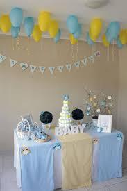 Decoração de chá de fraldas simples para menino em tons de azul e amarelo