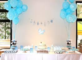 Decoração de chá de fraldas simples para menino em tons de azul com balões