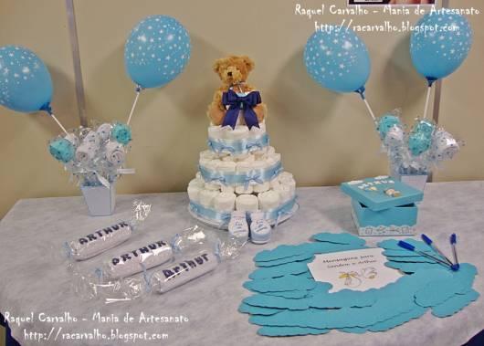 Decoração de chá de fraldas simples para menino em tons de azul com ursinho