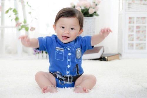 Bebê fofinho vestido de policial