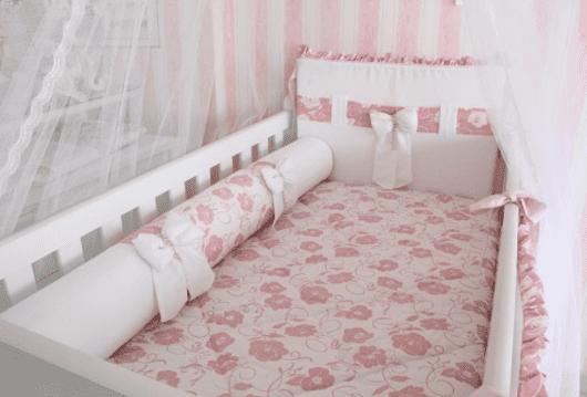 Kit berço menina tema floral rosa e branco