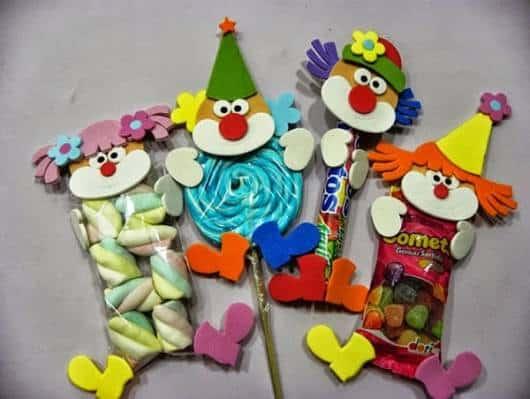 Lembrancinha dia das crianças em EVA saquinho de doces com aplique de palhacinho