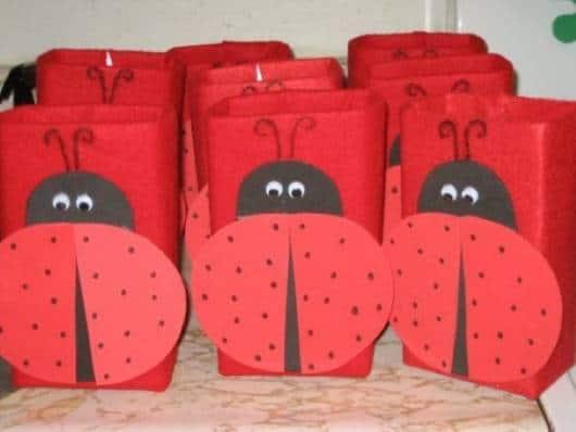 Lembrancinha dia das crianças com caixa de leite decorada com tema joaninha