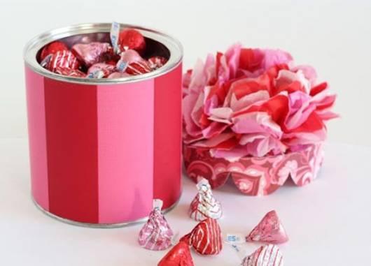 Lembrancinha dia das crianças com lata envelopada com EVA vermelho e rosa